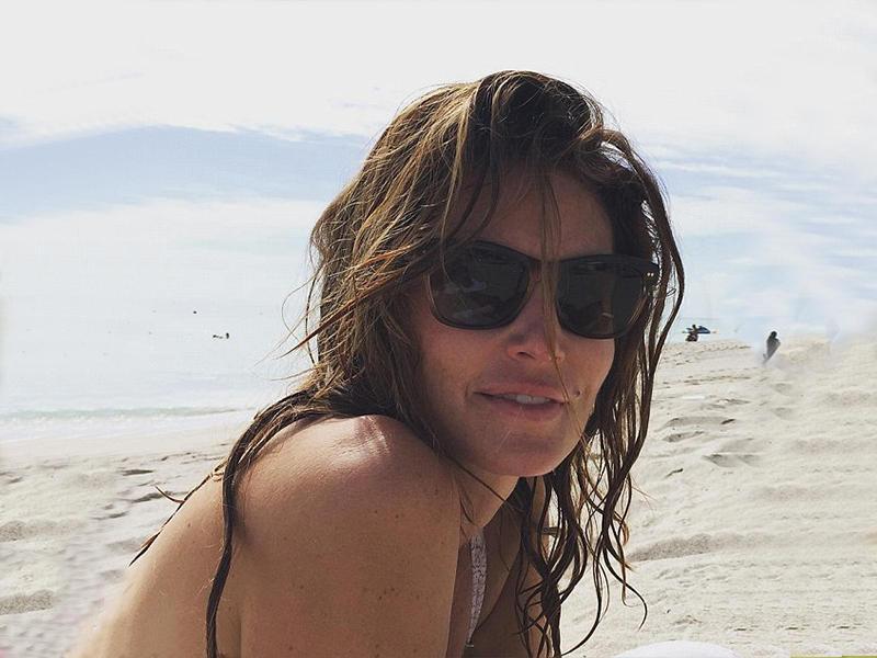 """""""Есть еще ягоды в ягодицах!"""":почти 50-летняя Синди Кроуфорд блеснула фигурой на пляже"""