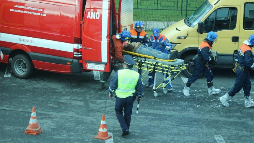 В Хабаровске машина автоледи вылетела с дороги и повисла на дереве