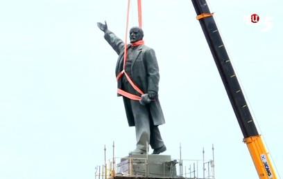 В Запорожье продолжается снос памятника Ленину