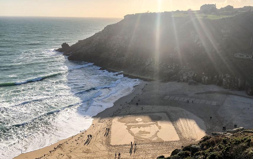 На пляжах Британии появились песчанные портреты павших солдат