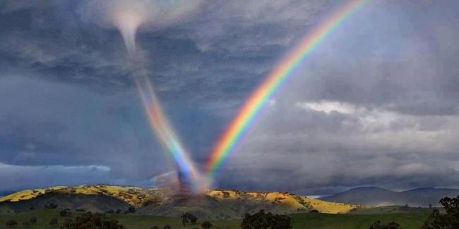 Торнадо пожирает радугу в небе над Аризоной