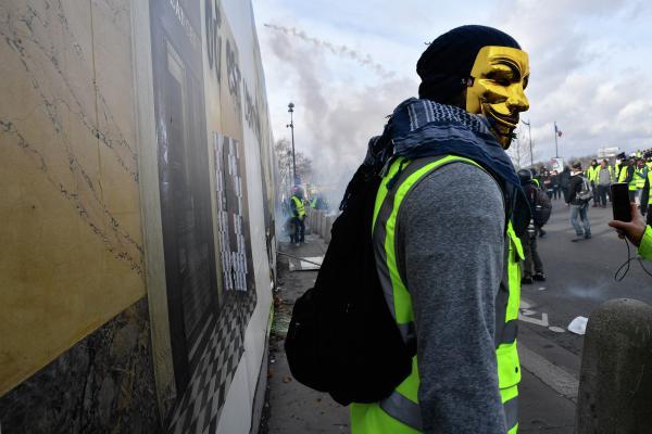 Франция приняла закон о безопасности на митингах, но пули и гранаты у полиции не забрала