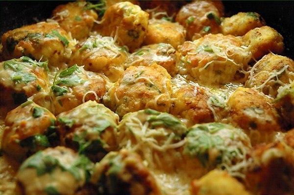 Куриные шарики в сливочном соусе   Ингредиенты:   • 500 г куриного филе  • 1 луковица  • 1...