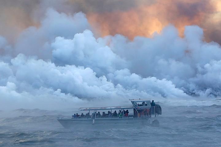 Вулканическая бомба упала на катер на Гавайях: пострадали 23 человека