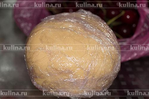 Руками замесить тесто, скатать его в шар, завернуть в пленку и убрать на 30 минут в холодильник.