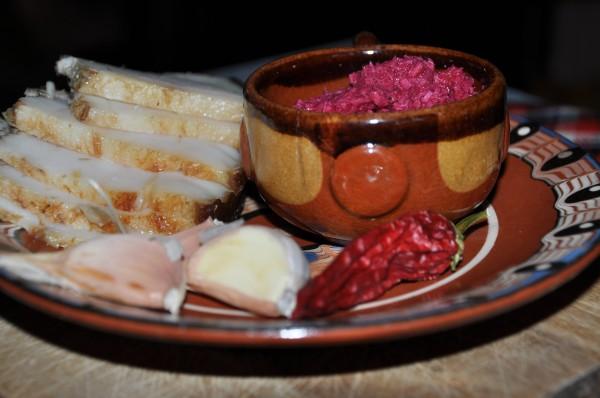 Мужской перекус: свиные щеки, домашний бородинский хлеб и хрен со свеклой