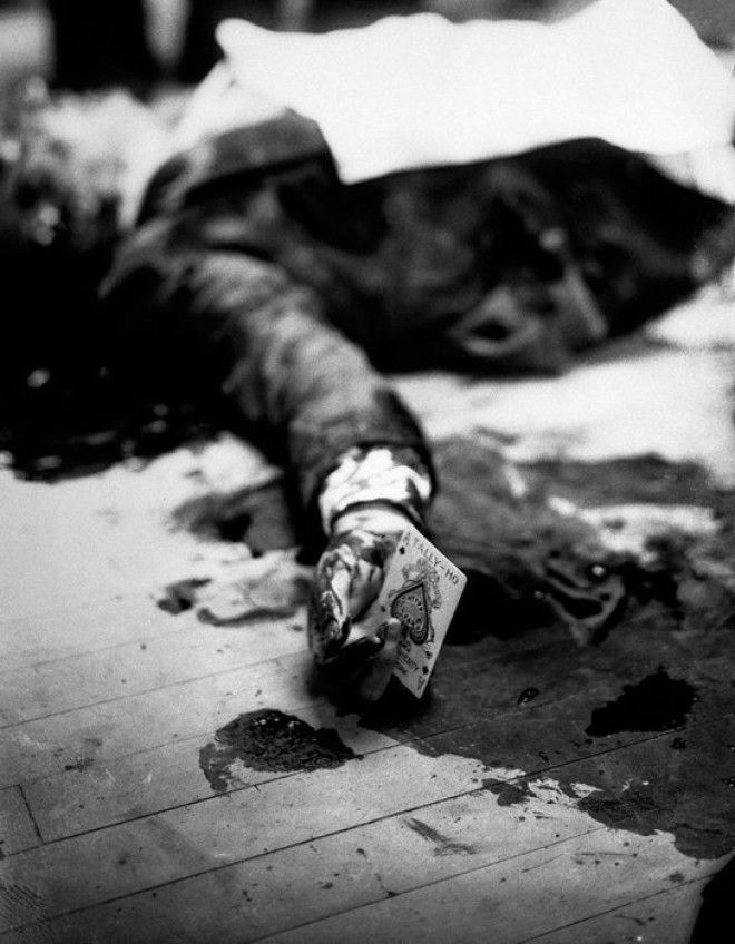 13 Мафиози убитый перед рестораном с игральной картой в руке война история память