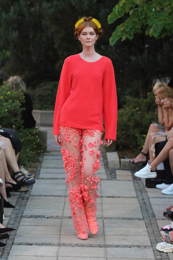 Больше красок: как и с чем носить модный коралловый цвет в 2019 году?