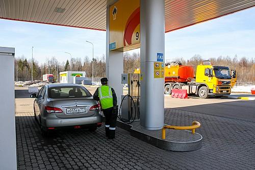 Заправка компании «Роснефть» на трассе М-9 перед городом Нелидово – редкий пример современной АЗС со всеми удобствами, где можно заправиться и газом.
