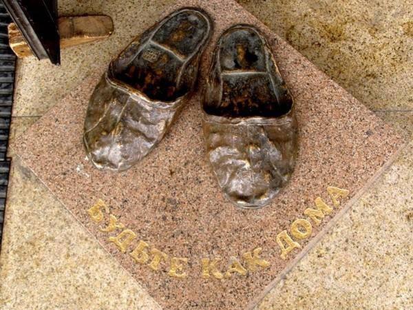 Памятник домашним тапочкам в Томске интересное, памятники