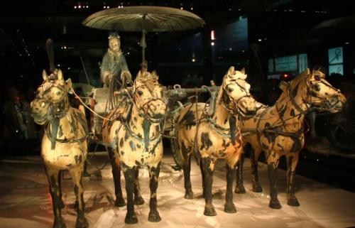 В гробнице была обнаружена целая армия терракотовых воинов, насчитывающая более 8000 фигурок. Несмотря на такие многообещающие находки, само место захоронения императора так и не было найдено.