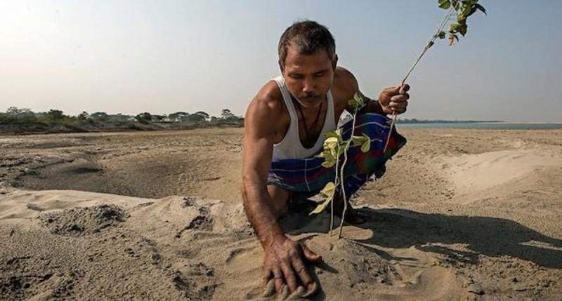 Этот мужчина нашел на берегу мертвых змей. То, что он сделал потом, нельзя передать словами!