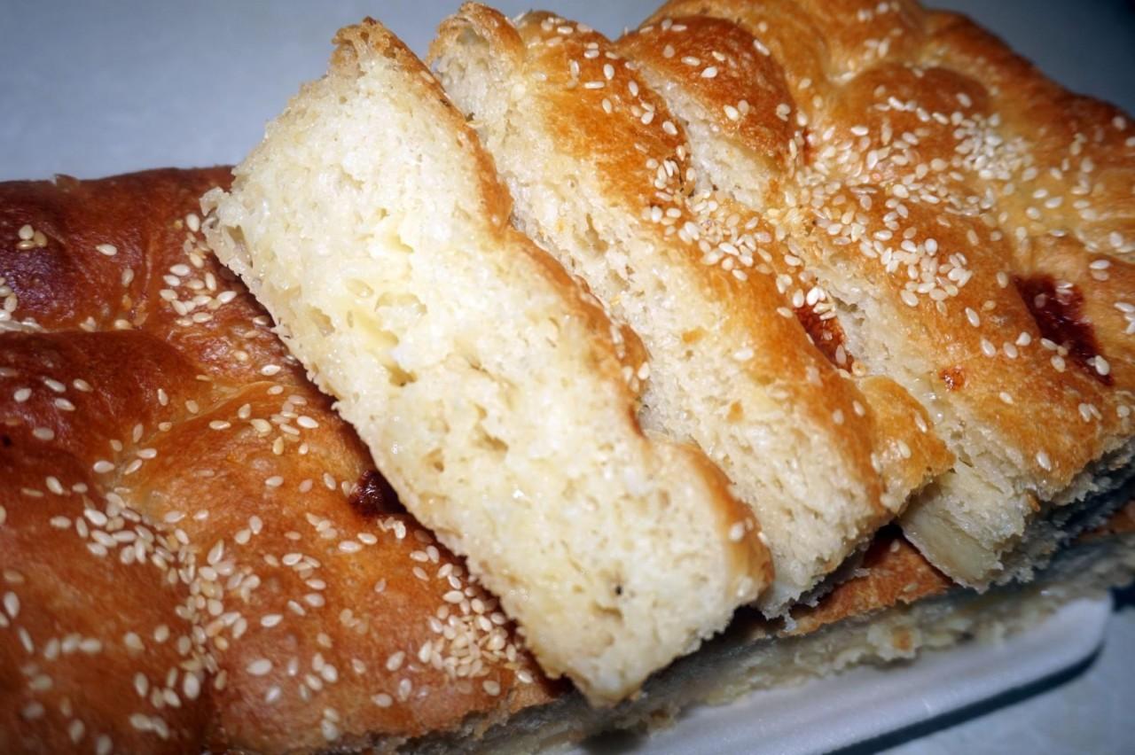 Хлеб с моцареллой и кунжутом