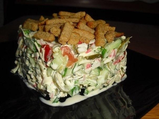 "Салат с сухариками ""Сочная Хрустяшка""."