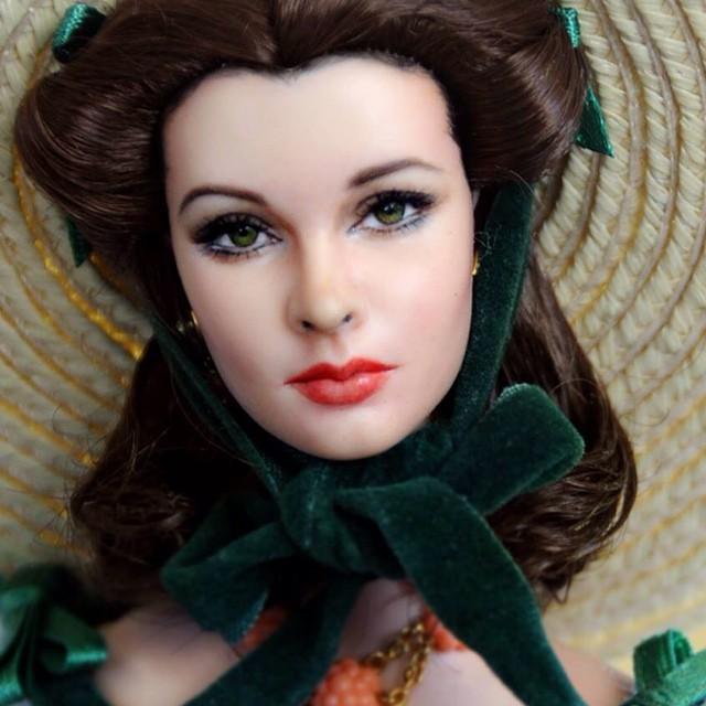 Художник раскрашивает кукол так, что они становятся похожи на персонажей кинофильмов и актёров