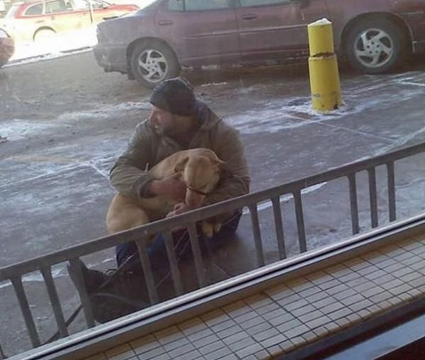 Мужчина заметил замерзающую собаку на обочине.