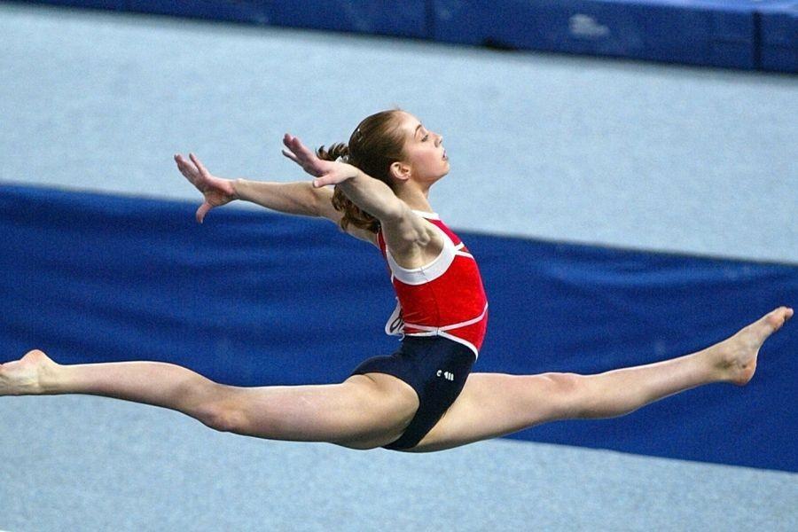 Девочка-гимнастка выросла и...