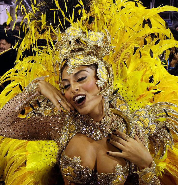 Знойные бразильянки на карнавале в Рио-де-Жанейро — устоять совершенно нереально!