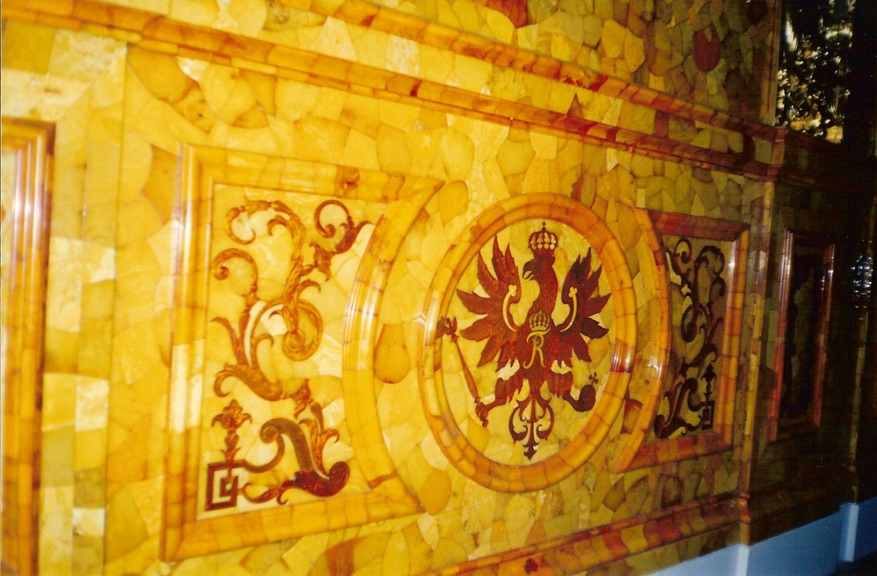 http://upload.wikimedia.org/wikipedia/commons/9/9d/Amber_Room_part.jpg