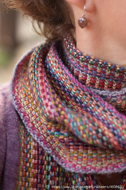 Пестрый шарф спицами из остатков пряжи