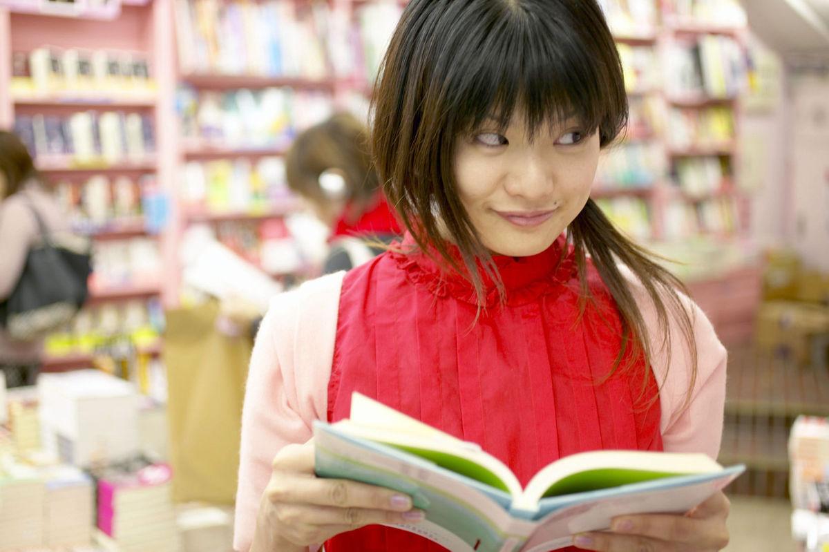 12 фраз для флирта в книжном магазине