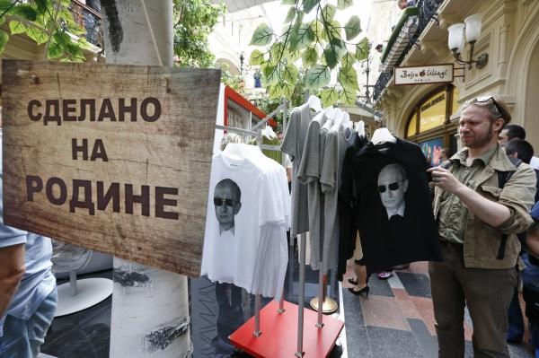Американцам раздали футболки с изображением Путина