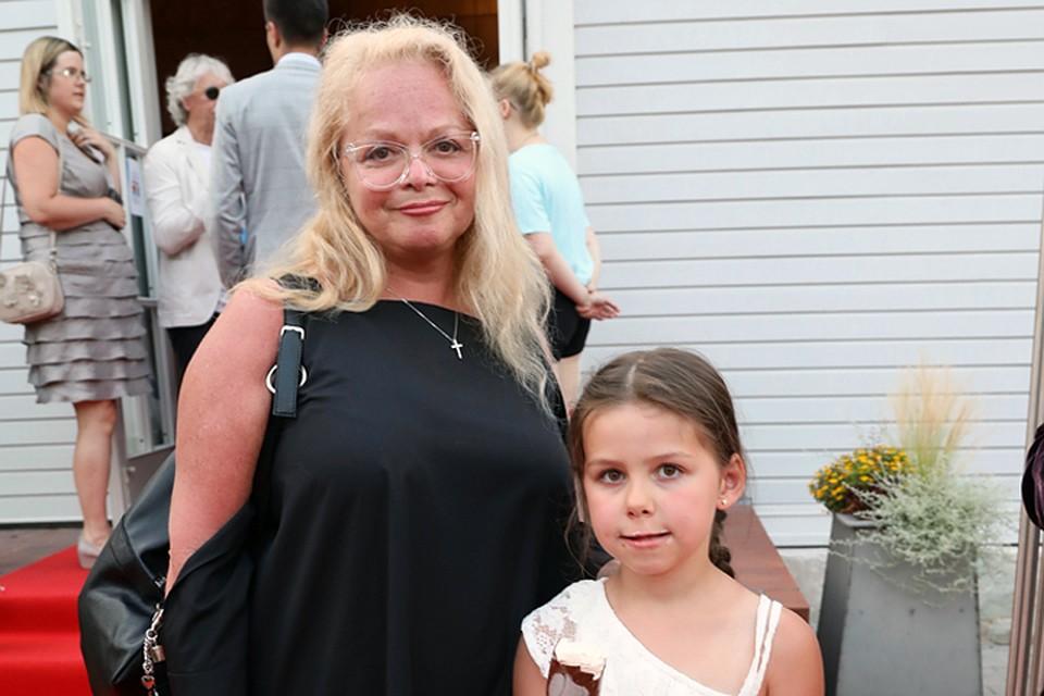 Лариса Долина проводит летние каникулы с 6-летней внучкой Сашей