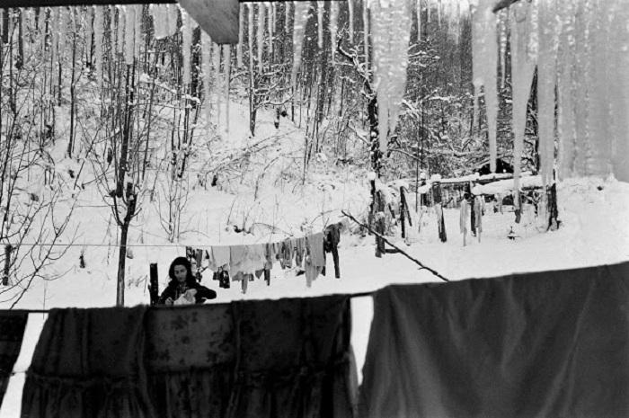 Женщина, развешивает бельё на улице в суровую зиму в восточной части Кентукки.