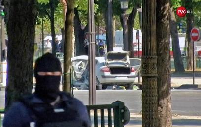 Машина протаранила полицейский фургон на Елисейских полях