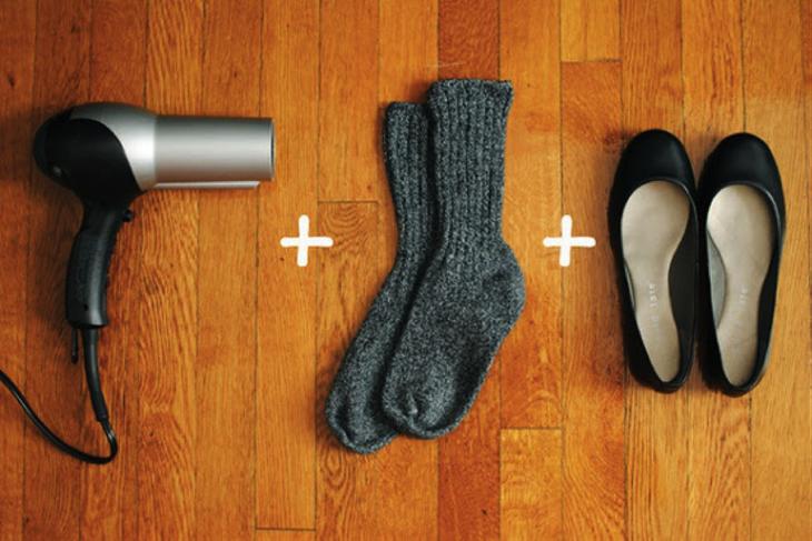 15. Чтобы новая обувь не натирала ноги, наденьте туфли на носки и подставьте на несколько минут под струю фена одежда, совет
