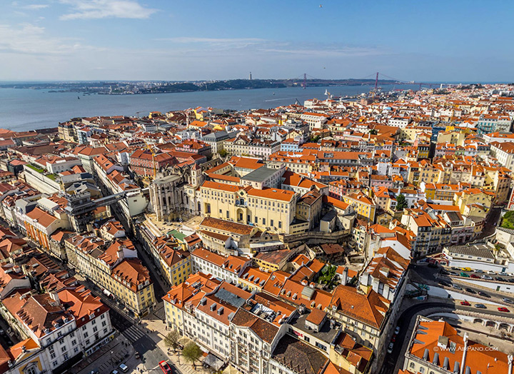 Красные черепичные крыши Лиссабона