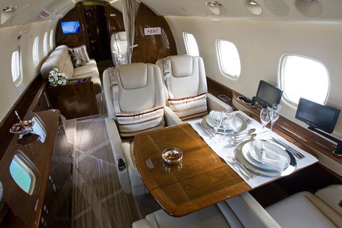 Салоны самолетов в которых летают богатые люди (26 фото)