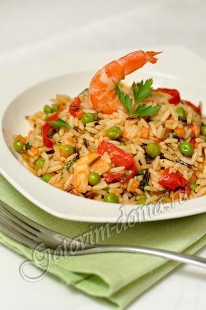 Рис с креветками и зеленым горошком