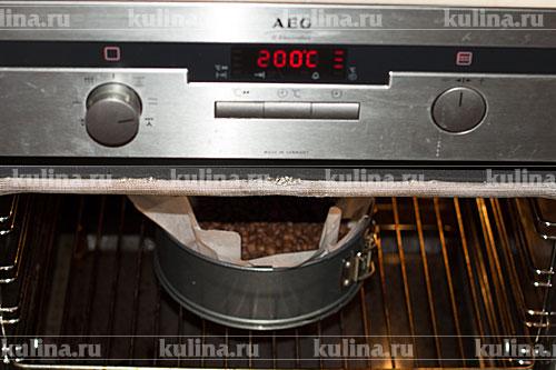 Поставить форму с тестом в разогретую до 200 градусов духовку, запекать 10 минут.