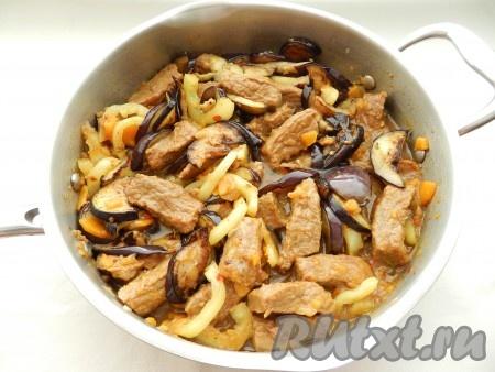 Затем обжаренные баклажаны добавить к мясу с овощами и готовить еще 5 минут.