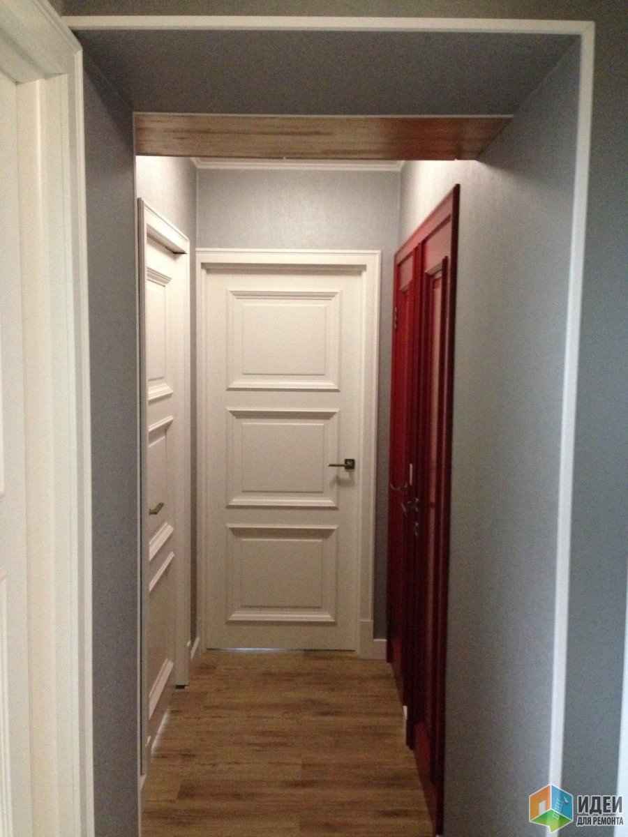 железная дверь в коридоре на две квартиры