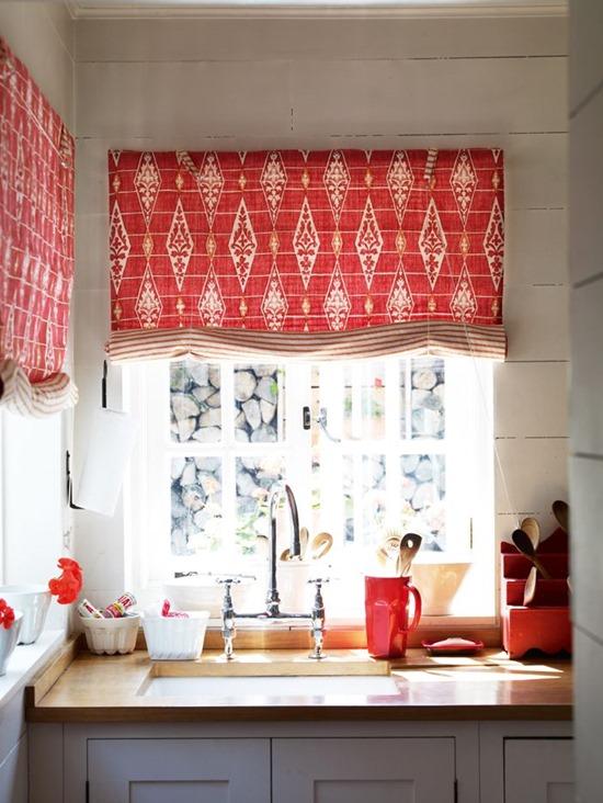 Яркий акцент на окна: цветные жалюзи и римские шторы
