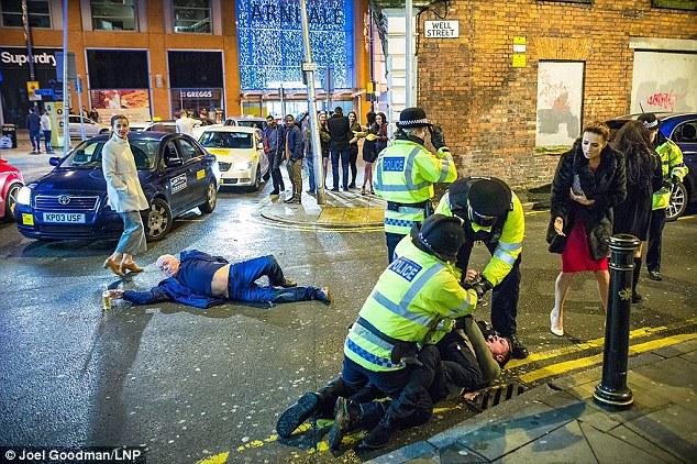 Свежая порция фото празднования британскими свиньями Нового года