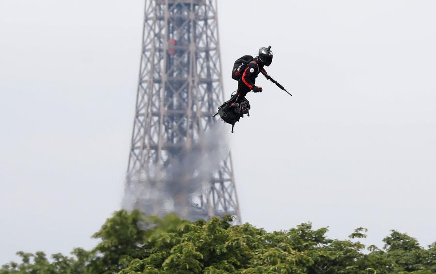 В Париже на военном параде показали летающего человека