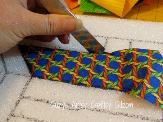 влаживаем ткань в надрезы картины