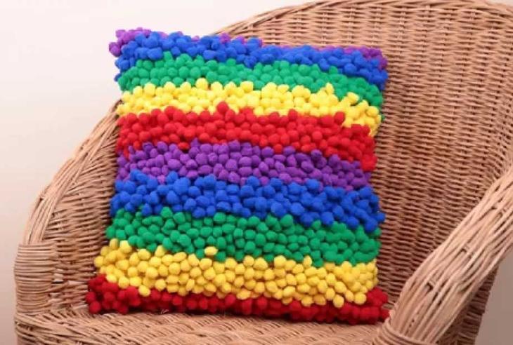 Разноцветная подушка в полоску