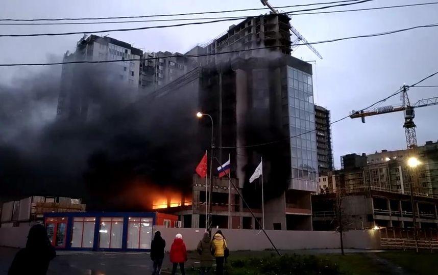 Из-за пожара улицу Оптиков в Петербурге окутало дымом: фото поделились очевидцы