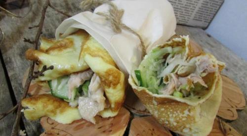 Роллы из яичных блинчиков с курицей и салатом.