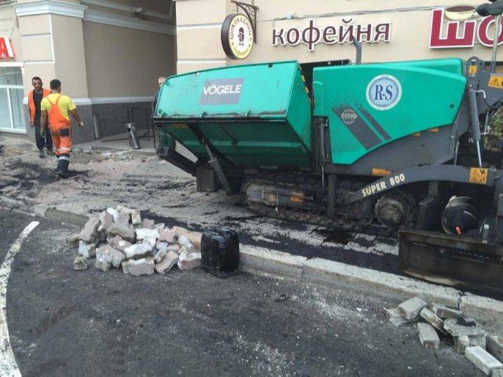 Московский ремонт тротуара: плитку закатывают в асфальт