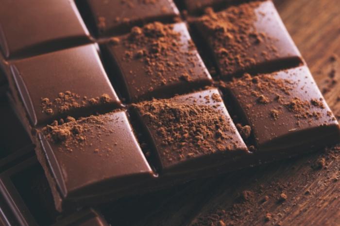 Горький шоколад – правильное угощение для уставшего мозга и отличный антидепрессант. /Фото: cdn2.hercampus.com