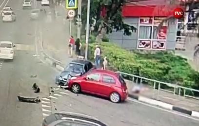 Автомобиль врезался в группу пешеходов в Сочи