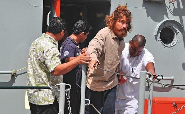 Один в море. Больше года его носило по волнам в разрушенной лодке. Он выжил. Невероятная история спасения!