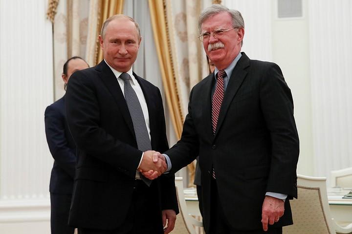Путин задал Болтону вопрос про стрелы и оливки на гербе США