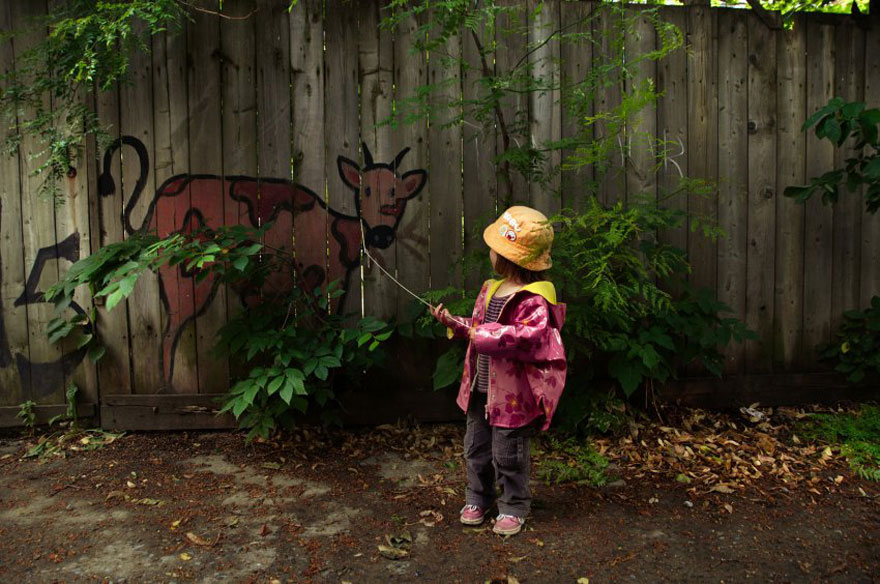 funny-street-art-cow-fence-girl