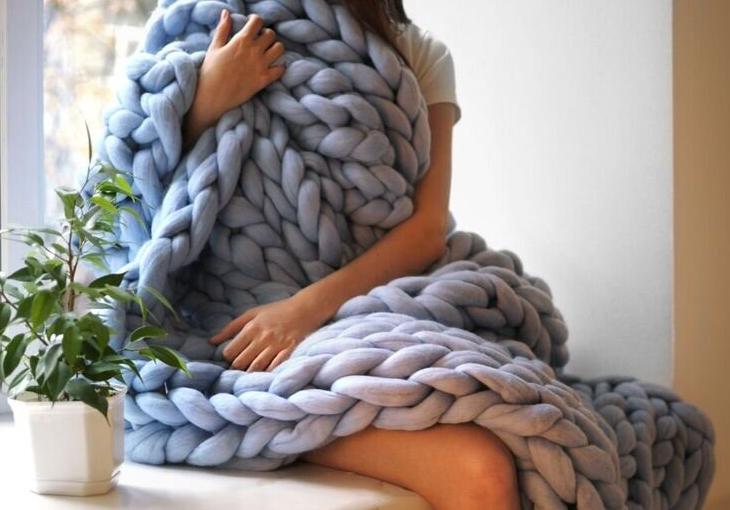 Вязание на руках - объемный плед из толстой пряжи
